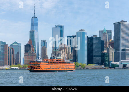 Staten Island Ferry naviguant vers le sud de Manhattan à New York City Banque D'Images
