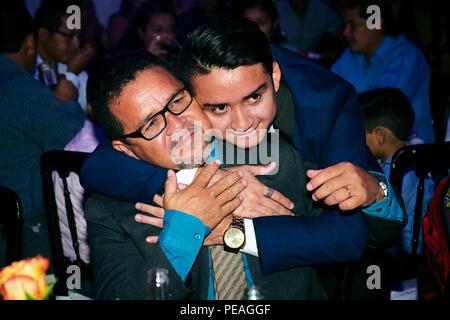 MERIDA, YUC/MEXIQUE - Aug 25, 2017: Portrait of young man hugging son père, au cours de son diplôme de l'université partie