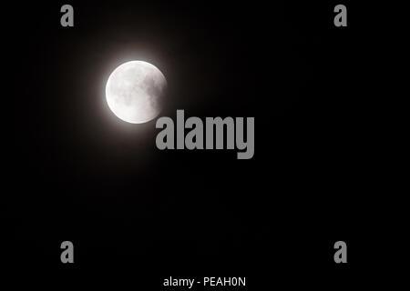 Eclipse de Lune partielle dans la nuit Banque D'Images