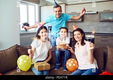 Famille heureuse avec le gâteau d'anniversaire Banque D'Images