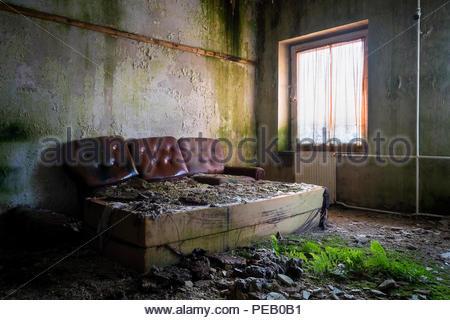 Chambre à coucher ou lit dans une maison abandonnée. Banque D'Images