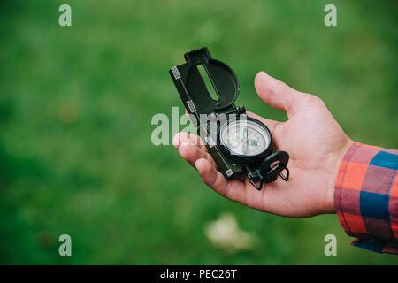 Close-up vue partielle de man holding compass Banque D'Images