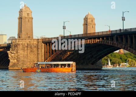 Boston Duck Tours, bateau à voile à un véhicule amphibie de la Charles River, à proximité de Pont Longfellow, Boston, comté de Suffolk, Massachusetts, USA