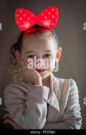 Jolie petite fille avec gros noeud rouge à pois Banque D'Images