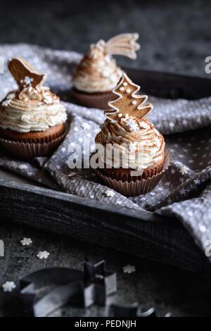 D'épices maison décorée avec des petits gâteaux et biscuits de Noël à la cannelle et saupoudre de flocon Banque D'Images