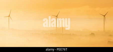 Éoliennes dans l'aube lumière Banque D'Images