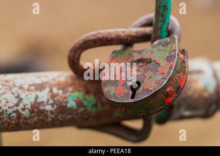 Le vieux cadenas est fermé en rouge Banque D'Images