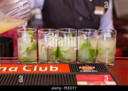 Les mojitos est versé dans les verres de rhum à La Havane, Cuba Banque D'Images