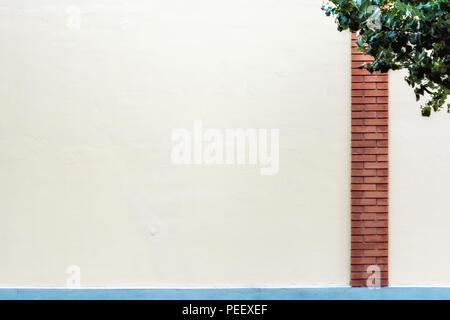 Le mur est rose pâle avec une colonne de brique rouge et une bordure bleue, pour l'utiliser comme arrière-plan. Banque D'Images