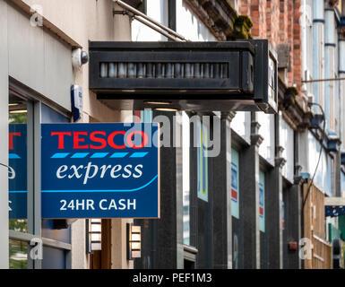 Tesco Express, Royal Avenue, Belfast avec signe indiquant l'argent est disponible 24h/24