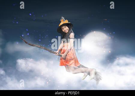 Happy asian girl sorcière volant sur un balai avec arrière-plan clair de lune Banque D'Images