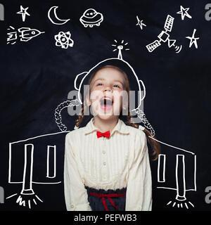 L'astronaute de petite fille s'amusant. L'imagination des enfants et nos rêves d'enfance concept Banque D'Images