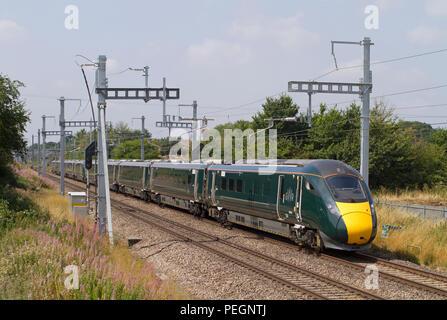 Une paire de class 800 IET (train Intercity Express numéros 800014 et 800009) forme un service à Great Western Railway South Marston. Banque D'Images