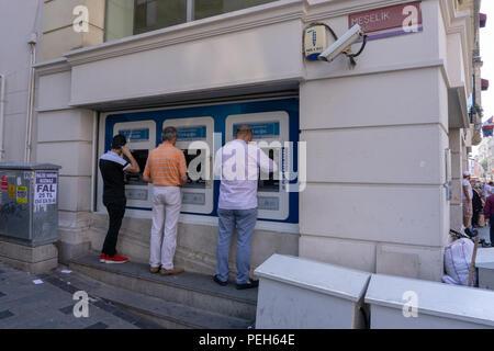 Istanbul, Turquie. 15 août 2018. Les guichets automatiques bancaires sont également utilisés pour l'échange de droits: Engin Karaman/Alamy Live News