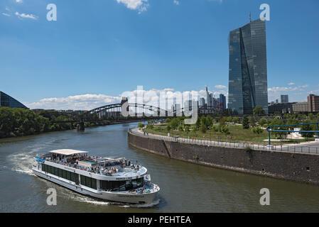 Vue sur rivière Main avec navire touristique et skyline à Frankfurt am Main, Allemagne. Banque D'Images