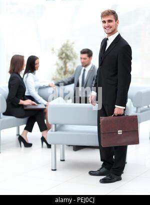 Portrait en pleine croissance. avocat expérimenté dans l'arrière-plan du bureau . Banque D'Images