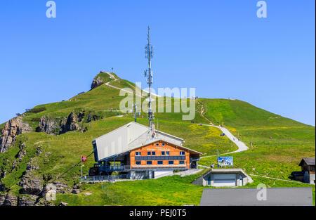 Maennlichen gare du téléphérique au-dessus de Wengen dans la région Jungfrau et chemin d'accès à l'Royal View, Oberland bernois Suisse avec ciel bleu clair Banque D'Images
