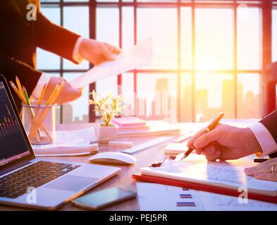 Lieu de travail avec Manager au travail - Business in Office Banque D'Images