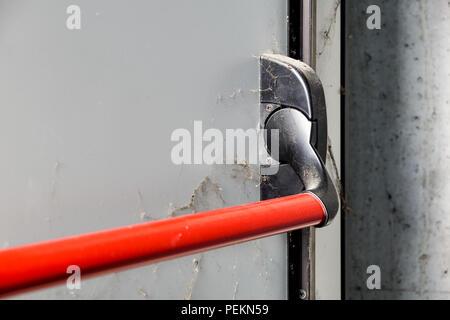 la barre de pouss e ferm pour ouvrir les doubles portes de sortie de secours au royaume uni. Black Bedroom Furniture Sets. Home Design Ideas