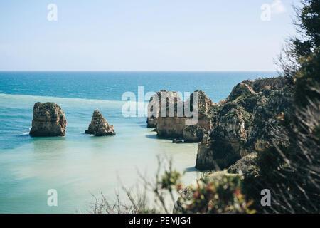Belle vue sur l'océan Atlantique et les rochers au large de la côte du Portugal près de la ville appelée Lagos. Incroyable paysage naturel. Banque D'Images