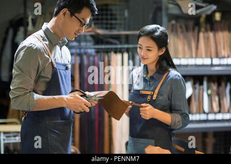 Les jeunes artisans en cuir travailler en studio Banque D'Images