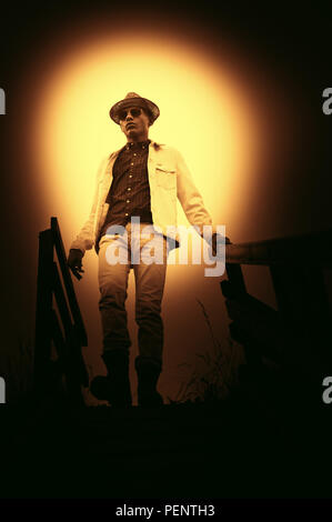 Young man wearing hat balade dans la nature Banque D'Images