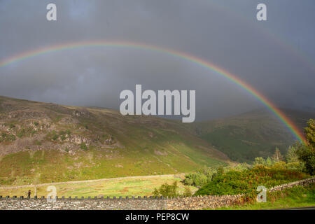 La station de Thirlmere Cumbria 11 août 2018. Météo France: Rainbow photographié d'Thirlmere Gare vers Hellvellyn dans Lake District plus typique des intempéries que de la fin de la photographie Crédit: Nord/Alamy Live News
