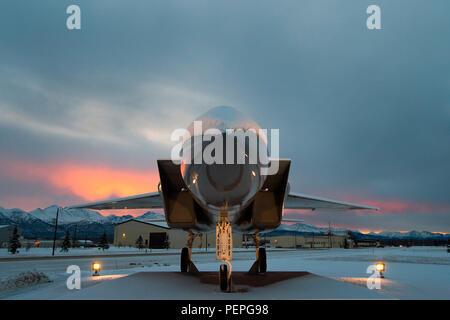 Le soleil se lève sur les montagnes Chugach, avec vue sur le parc du patrimoine à Joint Base Elmendorf-Richardson, Alaska, le 19 janvier 2016. En janvier, l'Alaska est en moyenne six heures de lumière du jour, mais en quatre minutes par jour. (U.S. Photo de l'Armée de l'air par le sergent. Sheila deVera) Banque D'Images