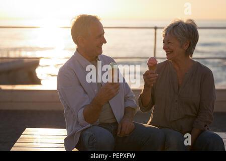 Senior couple having ice cream à la promenade Banque D'Images