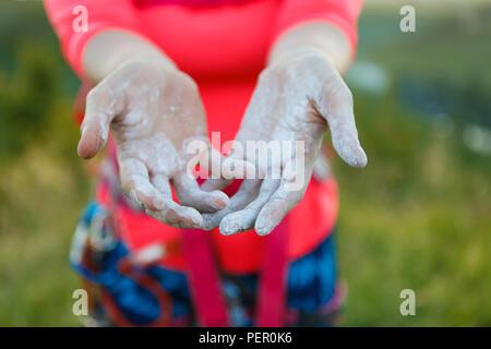 Photo de femme climber avec du talc sur les mains Banque D'Images
