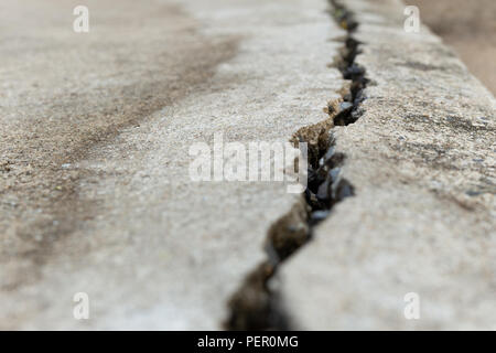 Surface de plancher béton fissure closeup texture background. Banque D'Images