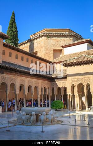 Les touristes l'affichage de la Cour des Lions et fontaine à l'Alhambra à Grenade Espagne Banque D'Images