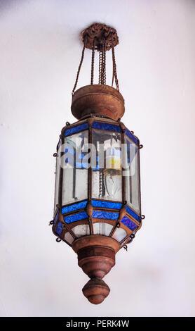 Vieille rue complexes avec lampe en verre bleu orné de cuivre et détaillant dans Chinatown à Singapour Banque D'Images