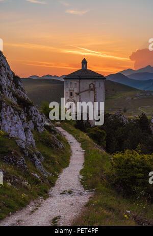 Rocca Calascio (Italie) - Les ruines d'un village médiéval au château et l'église, plus de 1400 mètres sur les Apennins au coeur des Abruzzes Banque D'Images