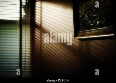 Ombres et lumière contrastée through blinds au coucher du soleil
