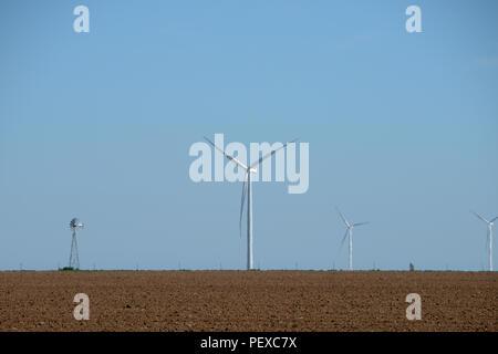D'éoliennes ou d'éoliennes est un groupe d'éoliennes dans le même emplacement utilisé pour produire de l'électricité. Siècle Vieux moulin est avec les éoliennes. Banque D'Images