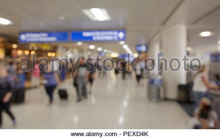 Arrière-plan flou de passagers de l'aéroport vers le bas de marche salle terminale