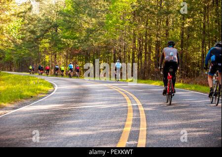 Groupe de cyclistes équitation le long de la route Banque D'Images