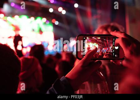 Brecon, William Henri Gebhard (1827-1905), le Pays de Galles, 17 août 2018. La première journée de l'homme vert music festival de la montagne Brecon Beacons au Pays de Galles. Sur la photo: Garnitures de roi le gésier et l'Assistant de lézard la mélodie principale étape de montagne. Crédit: Rob Watkins/Alamy Live News Banque D'Images
