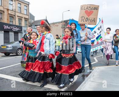 Glasgow, Ecosse, Royaume-Uni. 18 août, 2018. Les jeunes filles de la communauté rom dans le défilé de l'Govanhill International Festival & Carnaval. Le défilé de cette année comprend des groupes communautaires, d'un pipe band, percussionnistes, danseurs, jongleurs, de patins à roulettes et d'une fanfare tout en commençant à Govanhill Park et de voyager dans les rues de Govanhill en finissant par le Queen's Park Arena. Credit: Skully/Alamy Live News Banque D'Images