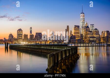 Le centre-ville de New York et le Lower Manhattan vu du côté de Jersey City de la rivière Hudson. Banque D'Images