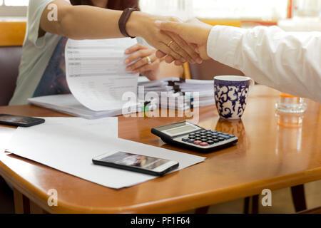Young négociation réussie part shakin Banque D'Images