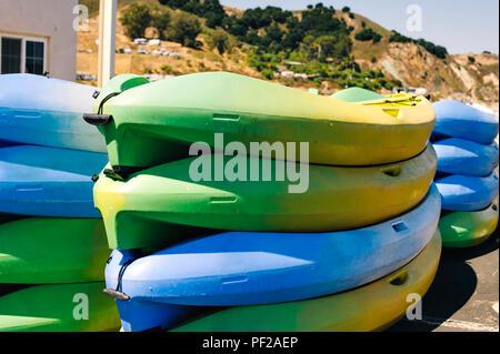 Kayaks colorés reste sur le quai