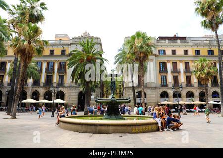 Barcelone, Espagne - 13 juillet 2018: la Plaza Real avec fontaine à Barcelone. Plaza Real se trouve à côté de La Rambla et constitue une attr touristique
