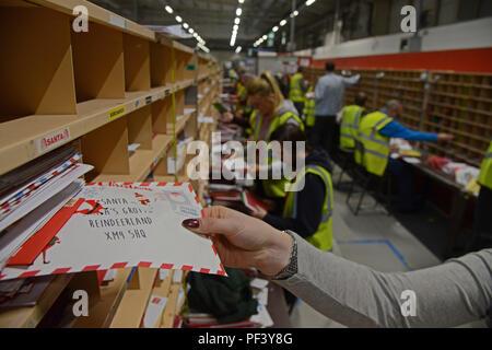 JON SAVAGE PHOTOGRAPHIE 07762 www.jonsavagephotography.com 580971 14 décembre 2017 tri du courrier Royal au personnel de préparer la vaste quantité d'après Noël Banque D'Images