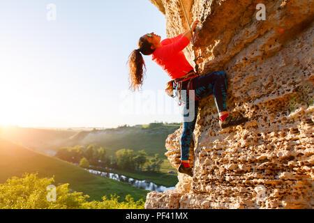 Image d'une femme aux cheveux bouclés grimper plus rock Banque D'Images