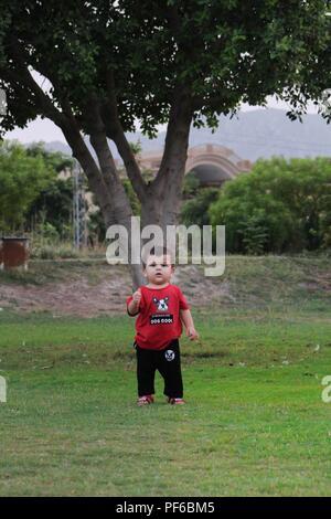 Cute Kid clics aléatoires Banque D'Images