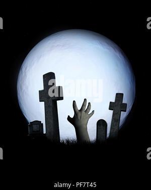 Paysage avec Halloween zombie spooky mains sortant d'une tombe, pleine lune et croix en pierre et pierres tombales dans un cimetière. Sur fond de ciel de nuit. E Banque D'Images