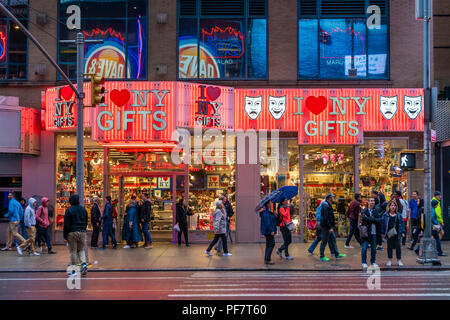 Les gens extérieur d'une boutique près de Times Square à New York City Banque D'Images