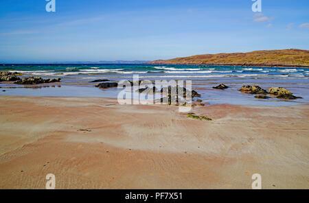 Roches sur belle plage de sable blanc à distance, Achnahaird, Bay, Coigach Wester Ross, les Highlands écossais, bleu profond de la mer, les vagues se briser. Banque D'Images